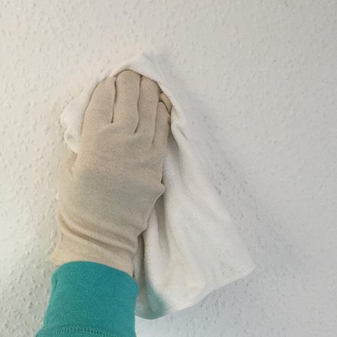 Wanddekor anbringen: Tapete reinigen