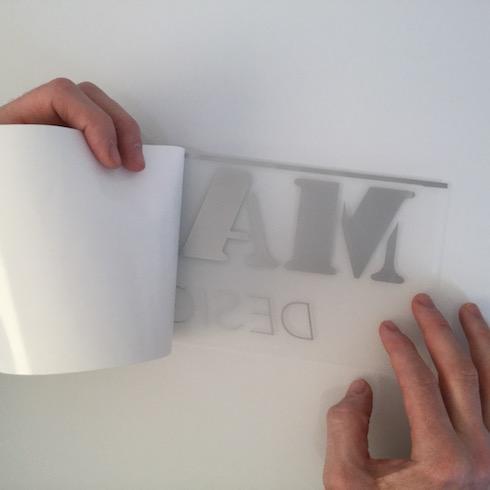 Wanddekor anbringen: Wanddekor drehen, Sichtseite nach unten, Trägerpapier abziehen