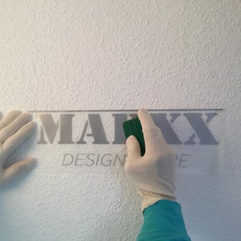 Wanddekor anbringen: Wanddekor auf zuvor markierter Stellen anbringen