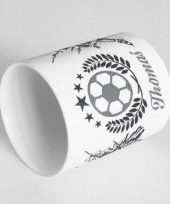 Fußball Tasse bedrucken mit drehbarem Fußball am Henkel Ansicht liegend