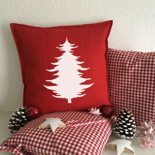 Dekoration Tannenbaum mit bedrukten Kissen